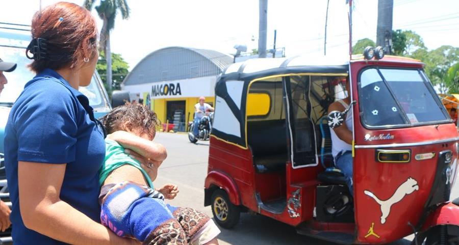 Niña rescatada en Retalhuleu es trasladada por personal de la PGN. (Foto Prensa Libre: Rolando Miranda)