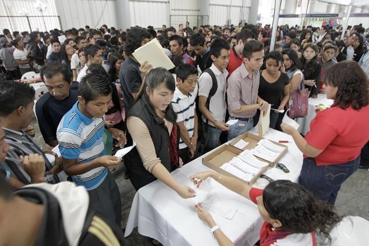Miles de guatemaltecos abarrotan las ferias de empleo cada año en busca de una plaza. (Foto Prensa Libre: Hemeroteca PL)
