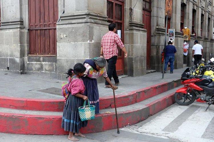 María López junto a su hija Miriam Santa en busca de ayuda de los quetzaltecos. (Foto Prensa Libre: Carlos Ventura)