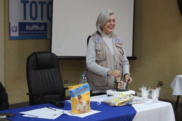 Una oficial de nutrición  del PMA prepara el puré Mi Comidita, durante la presentación del suplemento nutritivo en Totonicapán,  con el cual buscan  evitar más casos de desnutrición.