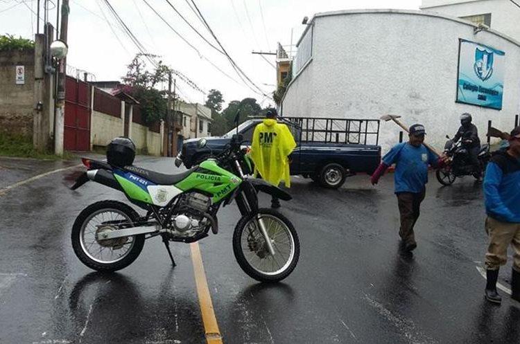 La PMT de Santa Catarina Pinula prohibió el paso por el riesgo de que colapse la carretera. (Foto Prensa Libre: PMT SCP)