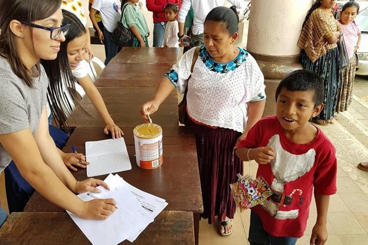 El niño se acercó al centro de acopio e hizo su donativo. (Foto: Municipalidad de San Pedro Carchá)