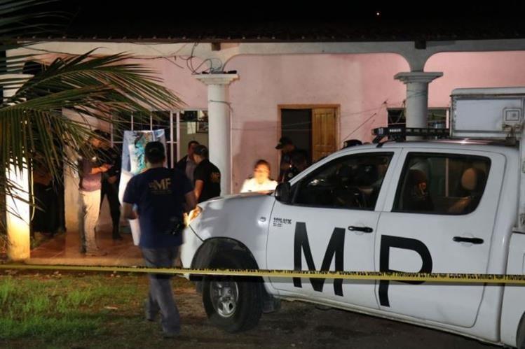 Peritos del Ministerio Público levantaron los casquillos y ordenaron el traslado de los cuerpos a la morgue del Instituto Nacional de Ciencias Forenses (INACIF) de Puerto Barrios. (Foto Prensa Libre: Dony Stewart)
