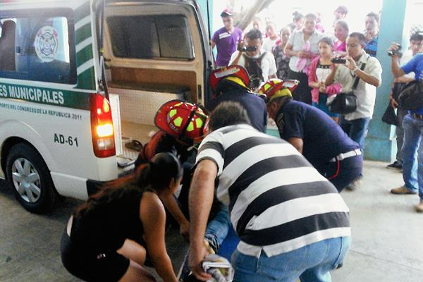 Socorristas trasladan al Hospital Regional de Coatepeque a un hombre que fue baleado. (Foto Prensa Libre: Alexander Coyoy)