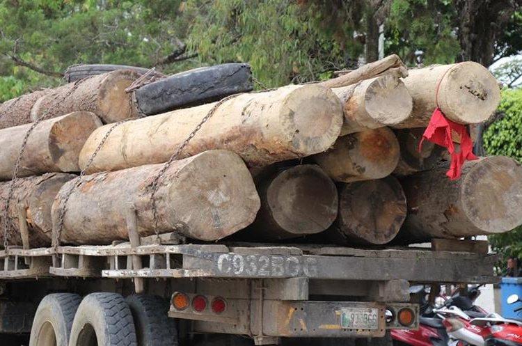 Decenas de camiones cargados con madera transitan a diario por la cabecera departamental de Jalapa. (Foto Prensa Libre: Hugo Oliva)