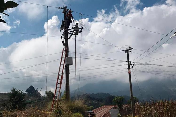 Personal de Energuate suspende el suministro de energía eléctrica a la empresa municipal de Tacaná, San Marcos. (Foto Prensa Libre: Whitmer Barrera)