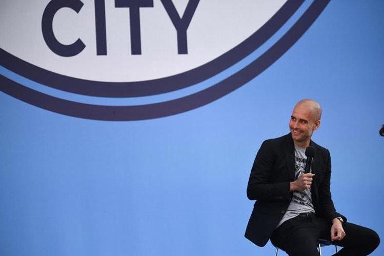 Pep Guardiola se mostró muy feliz en su presentación oficial con el Manchester City. (Foto Prensa Libre: AFP)