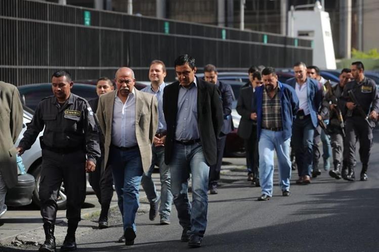 Personas procesas en el caso Igss Pisa llegan a la Torre de Tribunales. (Foto Prensa Libre: Érick Ávila)