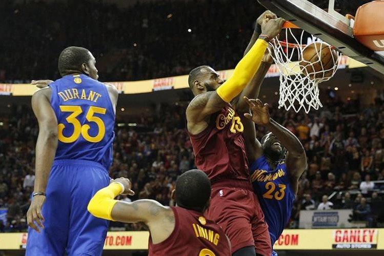 La NBA admitió que los árbitros se equivocaron en el partido donde los Cavaliers derrotaron a los Warriors. (Foto Prensa Libre: USA Today)