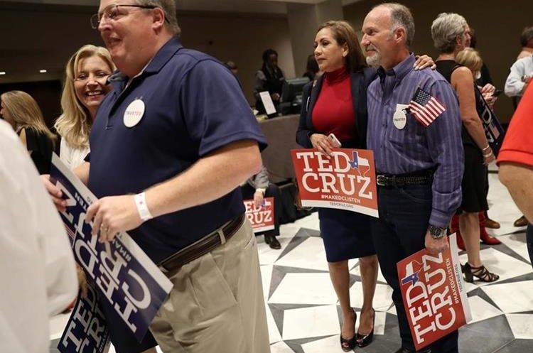 Seguidores del senador Ted Cruz esperan festejar en Houston Texas.