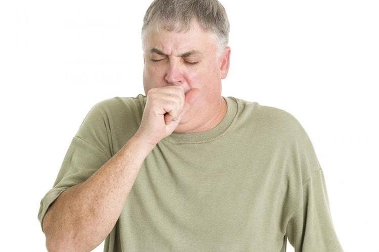Tos persistente o con sangre es una de las señales del cáncer pulmonar.