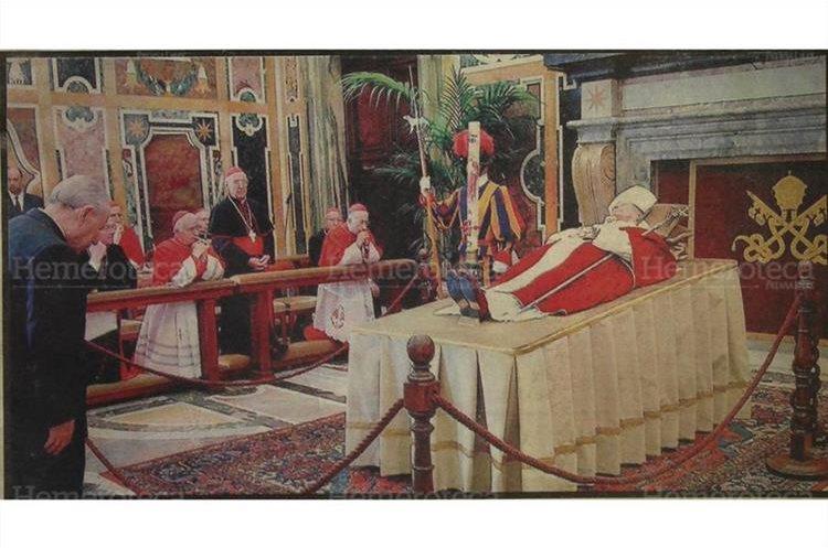 El presidente de Italia, Carlo Azeglio Ciampi, se inclina frente al cadáver de Juan Pablo II. A la izquierda, varios  Obispos de Roma; imagen del 4/4/2005. (Foto: Hemeroteca PL)