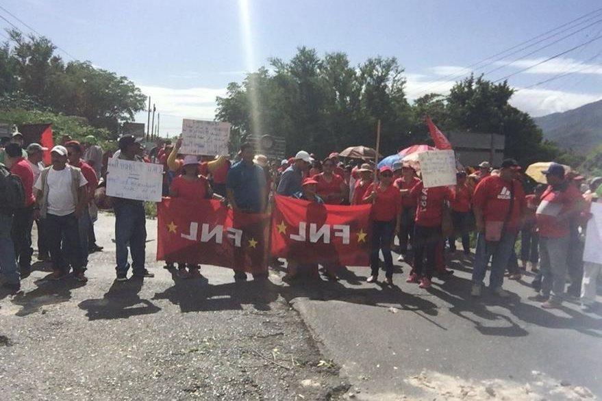 Salubristas se manifiestan en Río Hondo, Zacapa. (Foto Prensa Libre: Víctor Gómez).