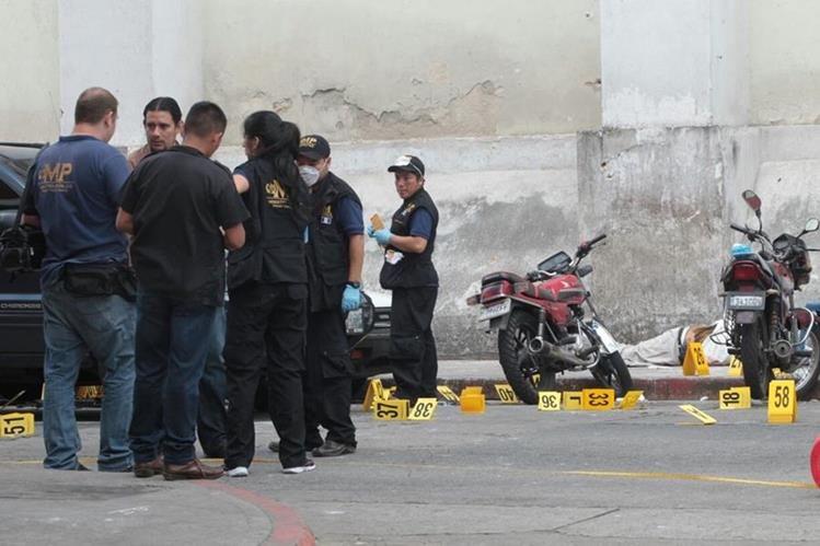 Más de 75 evidencias fueron recopiladas por peritos del Ministerio Público luego del ataque armado ocurrido frente a Unaerc. (Foto Prensa Libre: Érick Ávila)