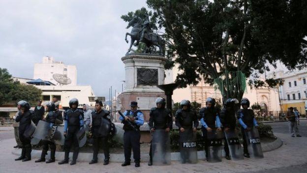 Tras los disturbios que sucedieron a las elecciones, el gobierno de Honduras decretó el toque de queda en el país. (REUTERS).
