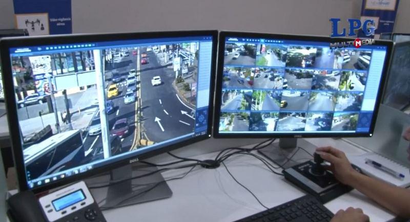 Un monitor observa lo que ocurre en las calles de Santa Tecla. (Foto Prensa Libre: La Prensa Gráfica).