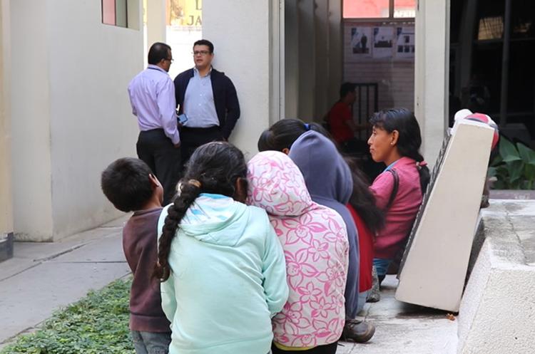 Niños y su madre esperan afuera del Tribunal de Sentencia de Jutiapa, donde se desarrollaría una audiencia del juicio contra el padre de los menores, la cual ha sido suspendida en cinco ocasiones, y esta vez no fue la excepción. (Foto Prensa Libre: Hugo Oliva)