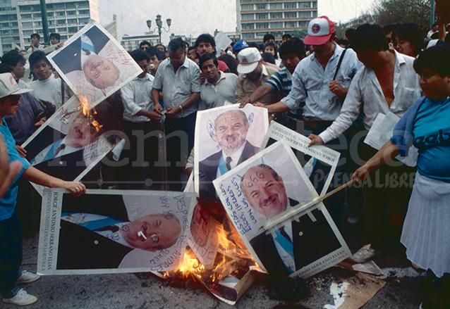 El pueblo y la sociedad civil no estaba contento con el rumbo del país durante el gobierno de Serrano el descontento se manifestó durante el golpe de Estado de 1993. (Foto: Hemeroteca PL)