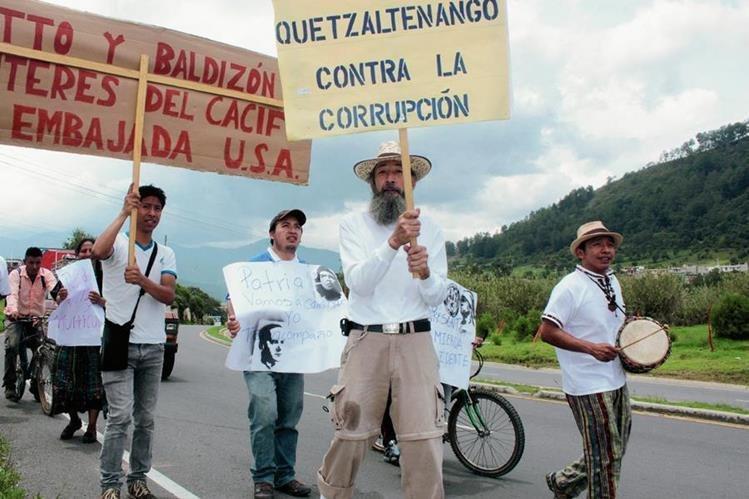 El caminante al inicio de su recorrido en Xela en junio pasado. (Foto Prensa Libre: Hemeroteca PL)