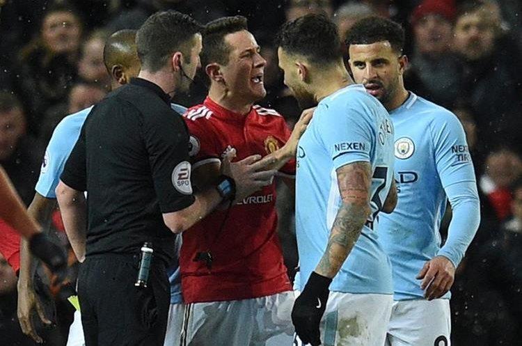 Ander Herrera y Nicolas Otamendi tuvieron un pequeño enfrentamiento durante el juego. . (Foto Prensa Libre: AFP)