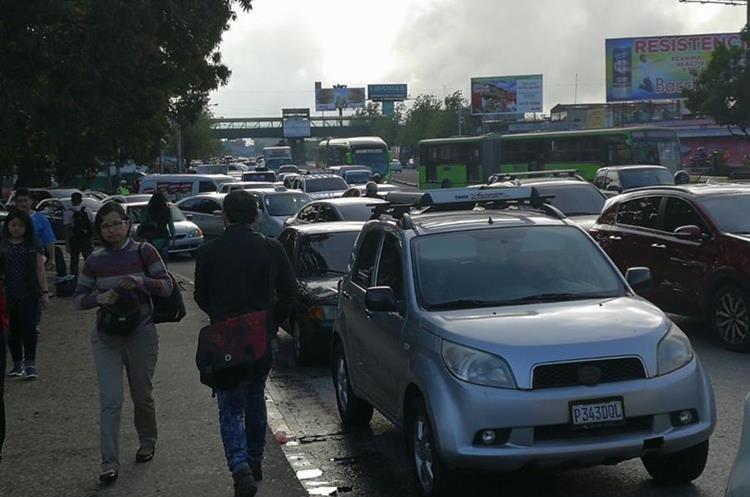 Algunas personas prefirieron caminar o tomar otros medios de transporte para llegar más temprano a sus actividades. (Foto Prensa Libre: Estuardo Paredes)