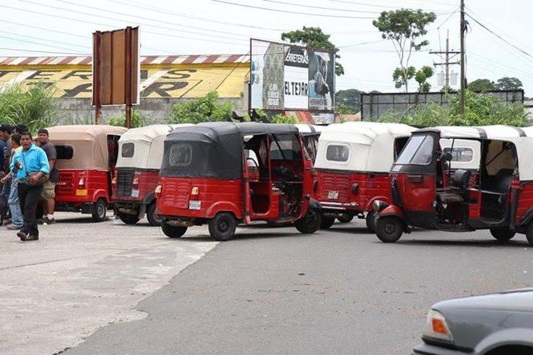Pilotos de mototaxis no autorizados bloquearon el ingreso a Mazatenango. (Foto Prensa Libre: Cristian Soto)