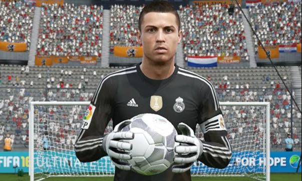 El jugador del Real Madrid, Cristiano Ronaldo, probó suerte en la portería. (Foto Prensa Libre: Twitter)