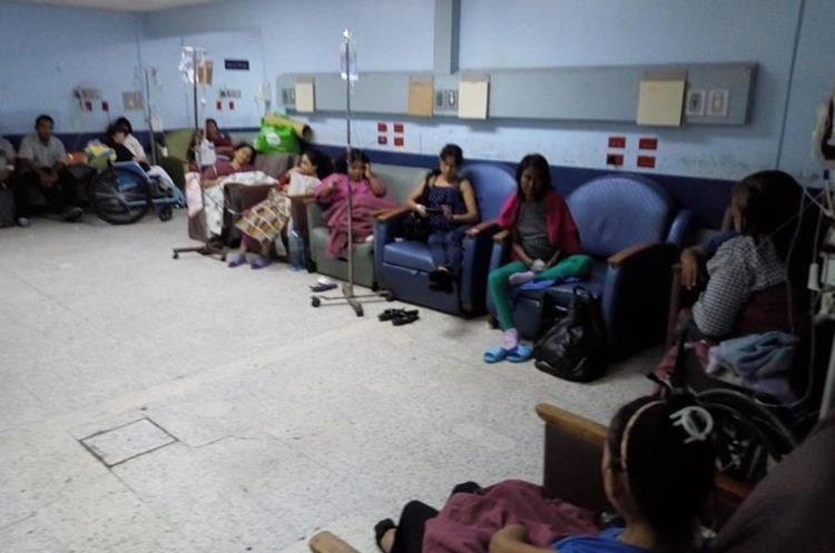 Muchos pacientes del Hospital General San Juan de Dios esperan sentado a que se desocupe una cama. (Foto Prensa Libre: Óscar Rivas)