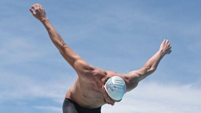 El nadador estadounidense Michael Phelps gira los brazos al menos tres veces antes de empezar una carrera. (Getty)
