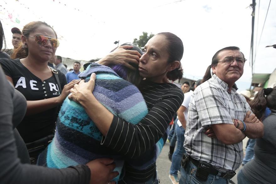 Familiares y vecinos se consuelan al enterarse de la muerte de la alcaldesa Gisela Mota. (Foto Prensa Libre: AFP).