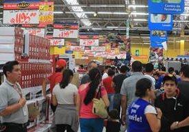 Miles de compradores abarrotan centros comerciales