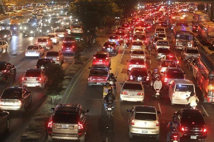 Así lucía el tráfico ayer por la tarde a inmediaciones de El Trébol (Foto Prensa Libre: Érick Ávila)