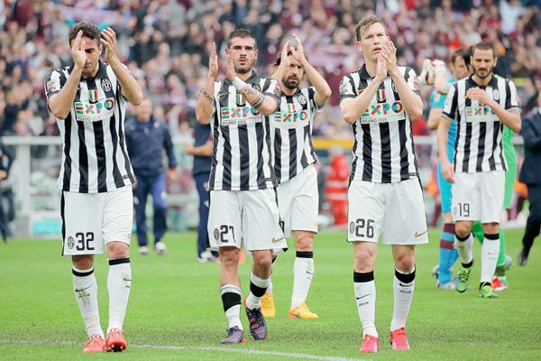 Los jugadores de la Juventus agradecieron el apoyo de sus seguidores en el juego ante el Torino. (Foto Prensa Libre: AFP).