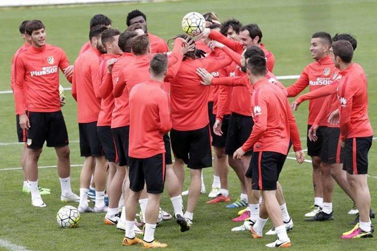 Los jugadores del Atlético de Madrid mantienen el buen ánimo previo a la última jornada de la Liga y la final de la Champions. (Foto Prensa Libre: EFE)