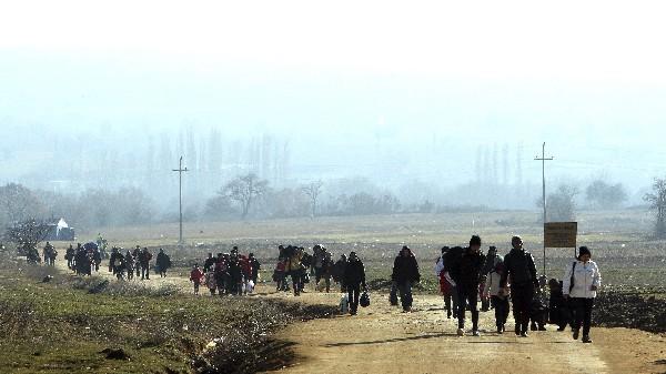Refugiados de Siria, Afganistán e Irak viajan a pie desde Macedonia al campamento de aceptación temporal de refugiados.