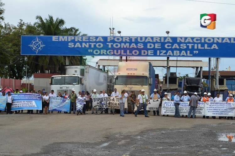Empleados de la Portuaria Santo Tomás de Castilla, en Puerto Barrios, Izabal, efectúan manifestación. (Foto Prensa Libre: Guatevisión)