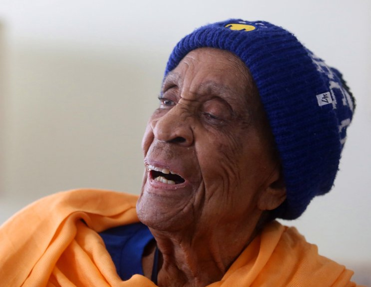 Helen Brooks falleció a los 107 años mostrando su amor por los Warriors. (Foto Prensa Libre: Twitter)