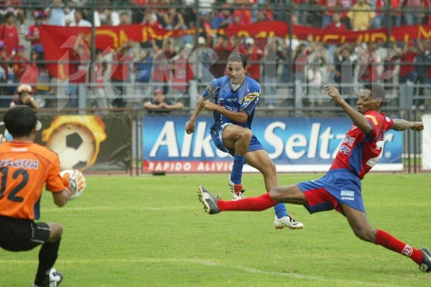 Este es el momento del histórico gol de Tránsito Montepeque contra Municipal para darle el título del Clausura 2004 a los cobaneros el 6 de junio de de ese año. (Foto Prensa Libre: Hemeroteca)