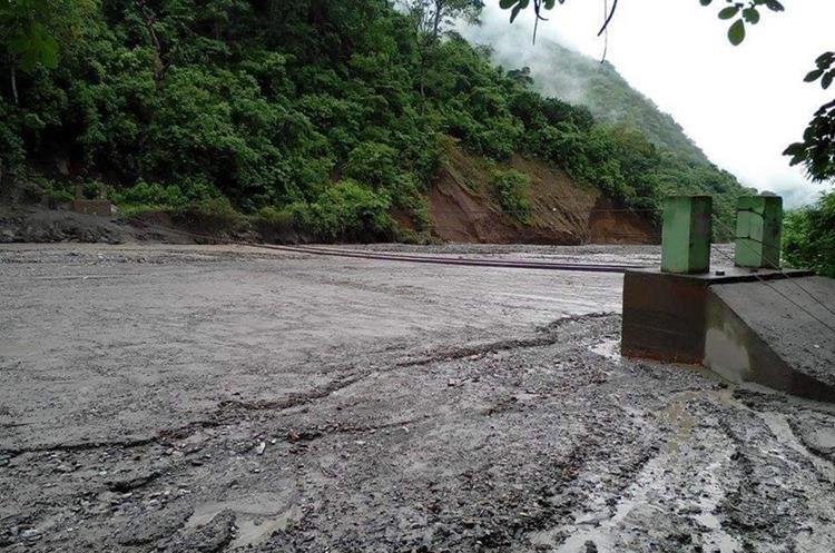 Lo que queda del puente de hamaca de El Solís, Cabañas, Zacapa, son las bases y unos cables. (Foto Prensa Libre: Mario Morales)