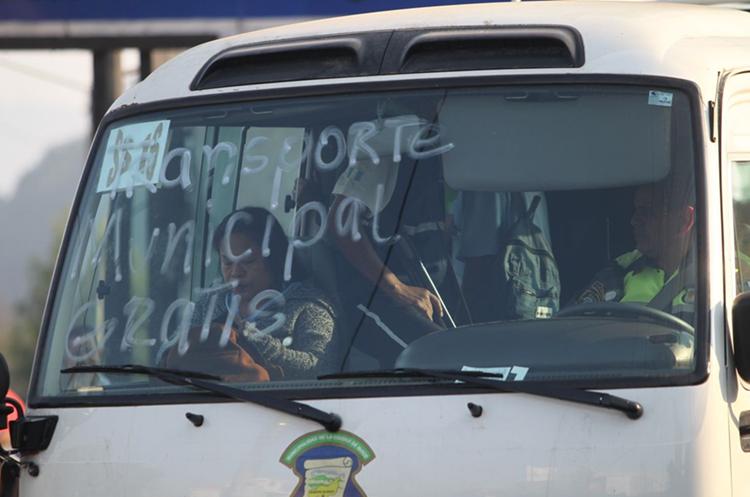 La municipalidad de Mixco facilitó transporte gratuito pero es insuficiente. (Foto Prensa Libre: Érick Ávila)