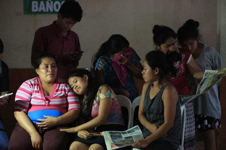 En medio del dolor, doña Blanca y sus pequeñas hijas permanecen en el albergue municipal.