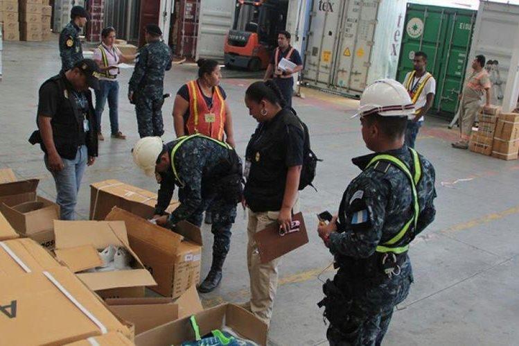 Personal del MP contabiliza mercadería decocmisada en Santo Tomás de Castilla, Puerto Barrios, Izabal. (Foto Prensa Libre: Dony Stewart)