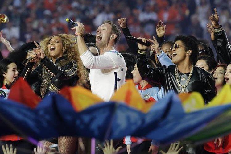 Beyoncé, Coldplay y Bruno Mars se hicieron cargo de entretener al público en el medio tiempo. (Foto Prensa Libre: AP)