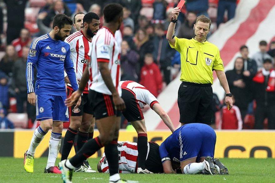 El árbitro Mike Jones muestra la tarjeta roja a John Terry. (Foto Prensa Libre: AFP)