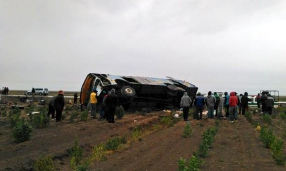 Rescatistas trabajan en la escena del accidente.