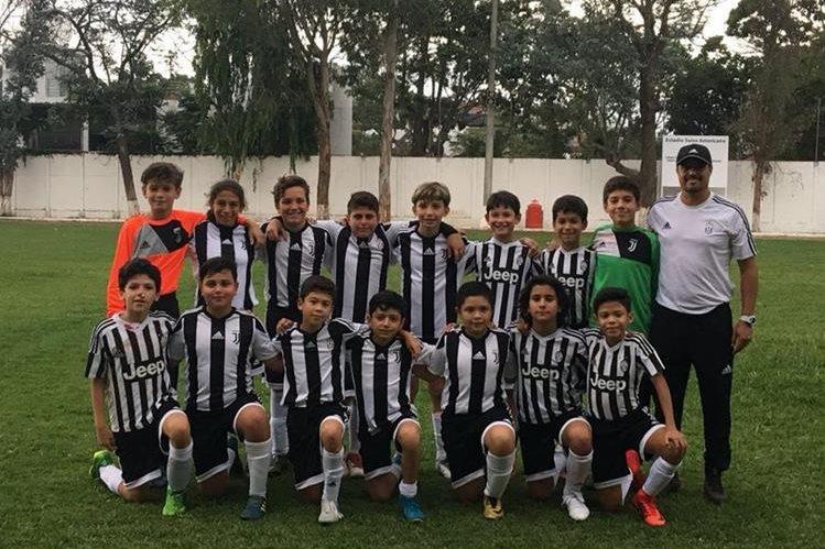 Este es el grupo de jugadores de la Juventus Academy que estará en el Mundial que se realizará en Turín. (Foto Prensa Libre: Juventus Academy)