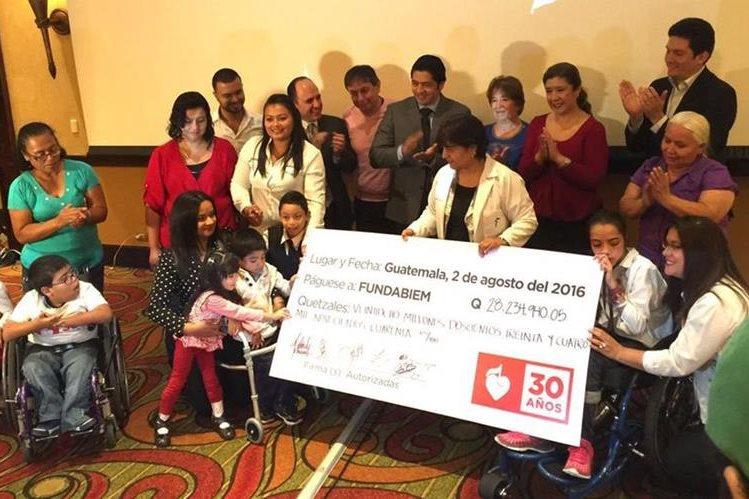 Autoridades de Fundabiem reciben el cheque simbólico con lo recaudado durante Teletón 2016. (Foto Prensa Libre: Teletón)