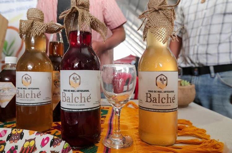 La hidromiel tiene varias presentaciones, pero la innovación más reciente es la mezcla de miel con rosa de jamaica. (Foto Prensa Libre: Juan Diego González)