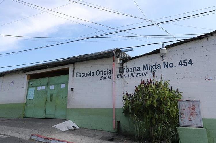 Escuela Oficial Urbana Mixta No. 454, en la colonia Santa Elena III, zona 18,  donde fue maestro de primaria Ricardo Arjona. (Foto Prensa Libre, Brenda Martínez).