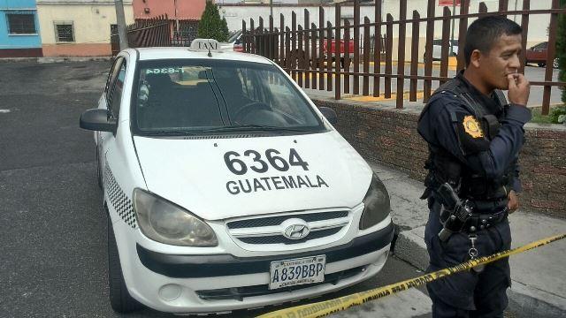 El taxi fue marcado con el número cinco por extorsionistas para identificar pagos exigidos. (Foto Prensa Libre: Estuardo Paredes)